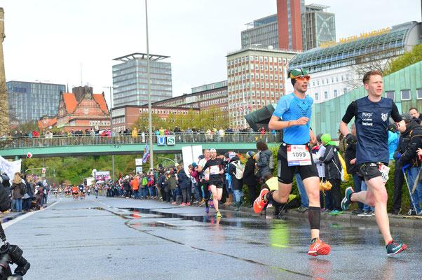 FloRuns on his way along the Landungsbrücken to a new personal best at the Haspa Hamburg Marathon 2017.