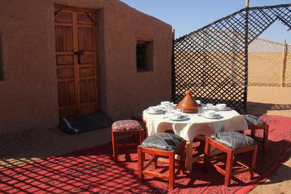 petit déjeuner devant la tente du bivouac