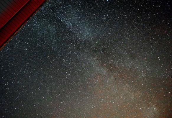 Milchstraße, viele Sternschnuppen ... und ... ein Dach.