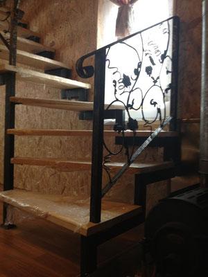 Металлическая лестница на второй этаж