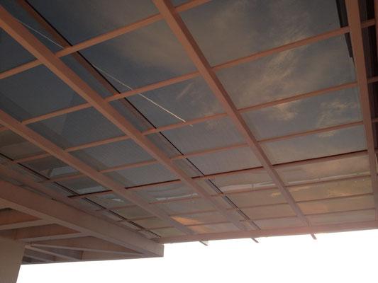 Навес над зоной отдыха из монолитного поликарбоната