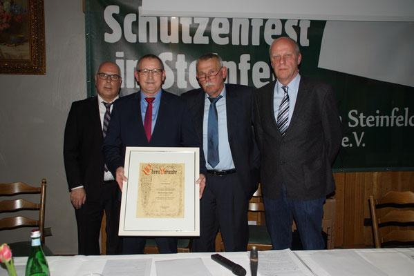 Der Vorstand überreicht Josef Haskamp die Ehrenurkunde