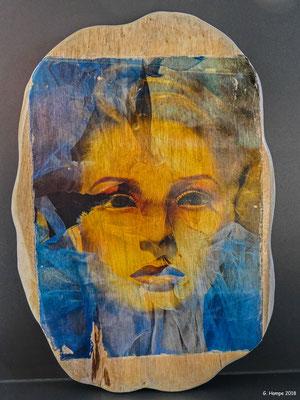Mystic face on teak 23 x 34 cm