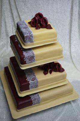 Mehrstöckige quadratische Hochzeitstorte, Etagere mit kurzen und langen Abständen