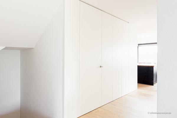 Raumhohes Einbaumöbel Flur mit integrierter Zimmertür
