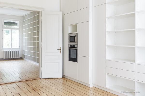 Küche und Bibliothek