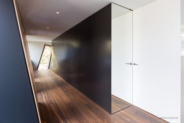 Einbaumöbel und raumhohe Zimmertür / Entwurf: Gronych + Dollega