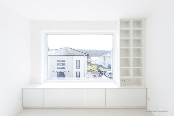 Einbaumöbel mit Sitzfläche in Fensternische