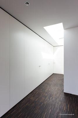 Wandverkleidungen mit raumhohen Zimmertüren und integrierten Einbauschränken / Entwurf: Gronych + Dollega