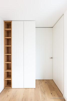 Garderobe und Schuhschrank als raumhohe Einbaumöbel mit integrierter Zimmertür