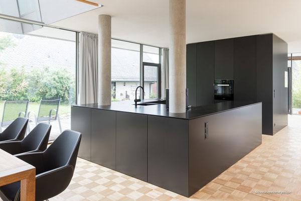 Küche mit Natursteinplatte / Entwurf: Gronych + Dollega