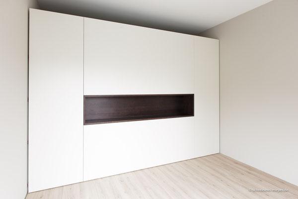 Raumteiler mit grifflosen Türen und offenem Fach