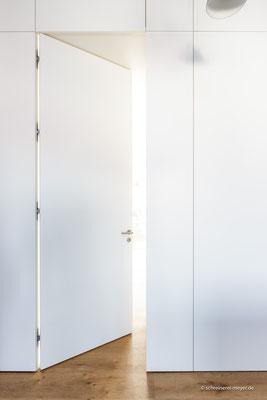 Wandverkleidung mit Zimmertür