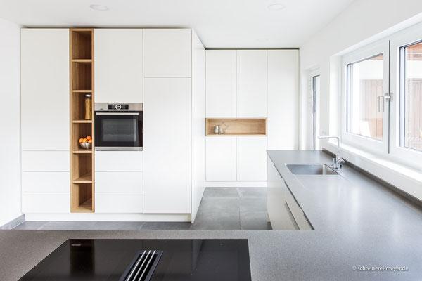 Küche mit umbauter Speisenkammer