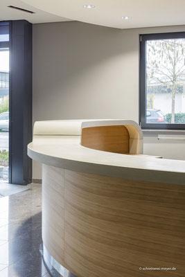 Empfangstheke mit Auflage aus Beton / Entwurf: MaszWerk Architektur, Linden