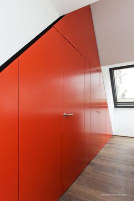 Wandverkleidung mit Zimmertüren und Einbauschränken / Entwurf: Gronych + Dollega