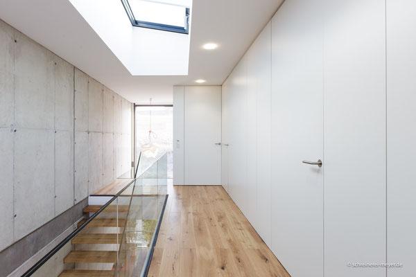 Wandverkleidungen mit raumhohen Zimmertüren und Einbauschränken / Entwurf: Ralf Thomas Architekt