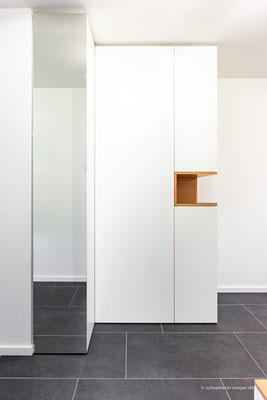 Garderobenschrank mit Spiegeltür und offenem Fach in Buche