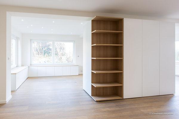 Raumteiler mit offenem Regal und Fenstermöbel