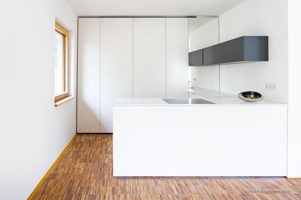 Küche mit Arbeitsplatte aus Corian / Entwurf: Gronych + Dollega