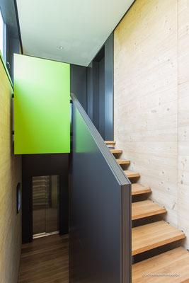 Treppe mit Brüstungsmöbel und Wandverkleidungen / Entwurf: Gronych + Dollega