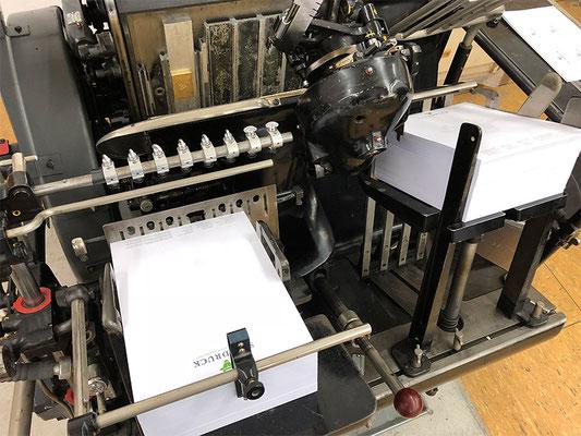 Der Heidelberger Tiegel - Links wird das Papier angelegt und rechts nach dem Druck wieder abgelegt