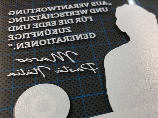 Foliendruck auf transparentes Material. Spiegelverkehrt von hinten bedruckt und mit Deckweiß überdruckt.