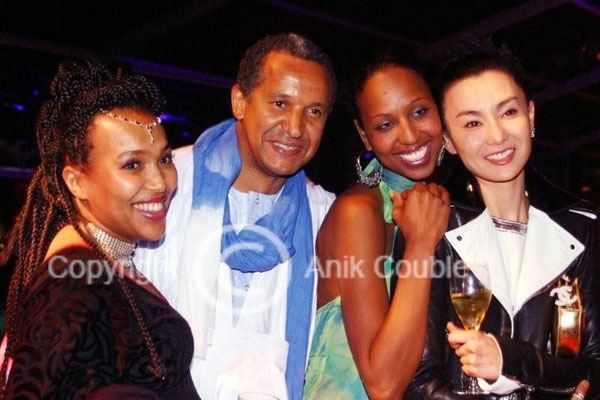 Abderrahmane Sissako, entouré de son épouse Maggie, d'une amie ainsi que de Maggie Cheung 2007 / Photo : Anik Couble