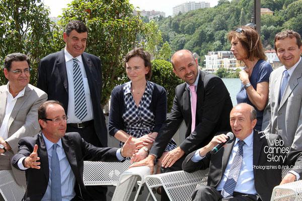 Gérard COLLOMB et François HOLLANDE, entourés d'élus locaux - Lyon - Juin 2011 - Photo © Anik COUBLE