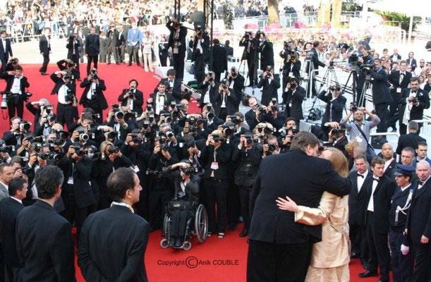 Michael Moore sur les marches 2004 / Photo : Anik Couble