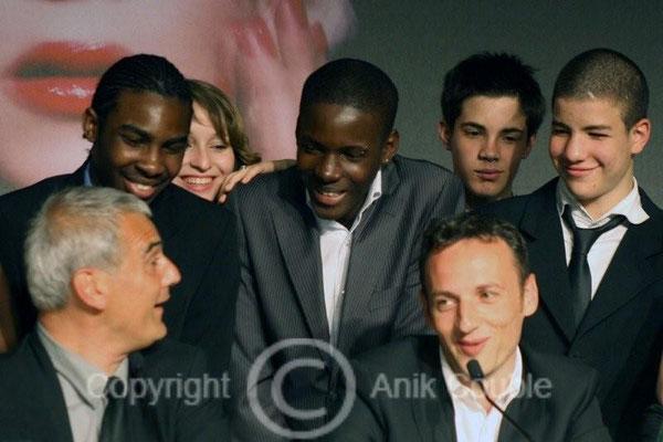 """Laurent Cantet, François Bégaudeau et les acteurs/élèves de """"Entre le murs"""" 2008 / Photo : Anik Couble"""
