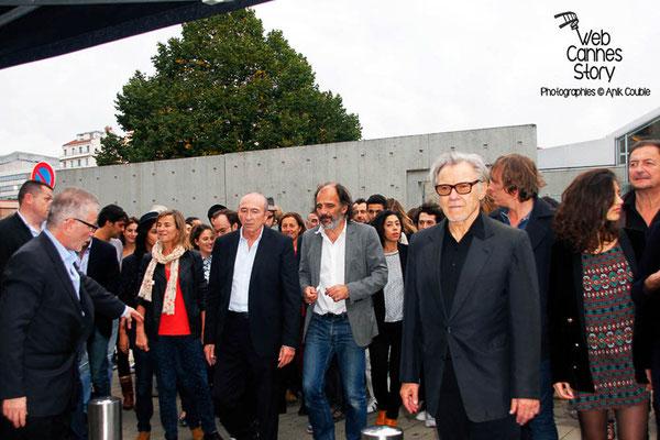 """Gérard COLLOMB, au centre, lors du Remake de la  """"Sortie d' Usine"""" - Festival Lumière 2013 - Lyon - Photo © Anik COUBLE"""