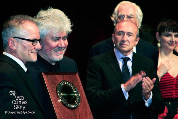 Gérard Collomb, Juliette Binoche, Bertrand Tavernier, autour de Pedro Almodovar, lors de la remise du Prix Lumière - Festival Lumière - Lyon - Oct 2014 - Photo © Anik COUBLE