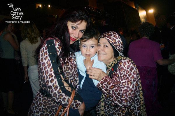 Alan Badaoui-Couble, agé de 3 ans dans les bras Pascaline Benito et Esméralda Petit-Benito, les célèbres femmes panthères - Festival de Cannes 2004 - Photo © Anik Couble