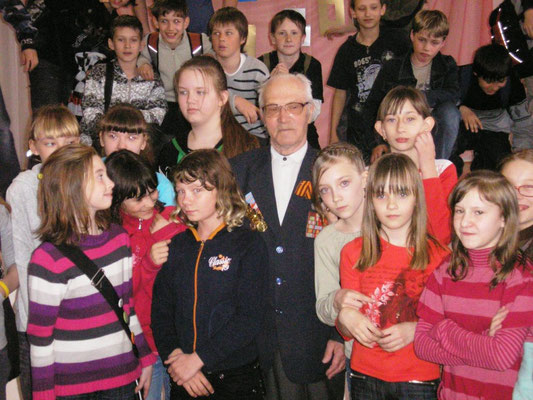 М.А.Кандауров среди школьников.