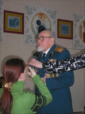 Павел Павлович Плотников-учитель, ветеран ВОВ, писатель на встрече со школьниками.