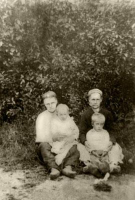 Оля с братом и мамой