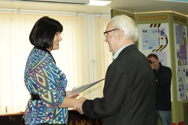 Директор школы Н.С. Шумкина вручает грамоту М.А.Кандаурову.