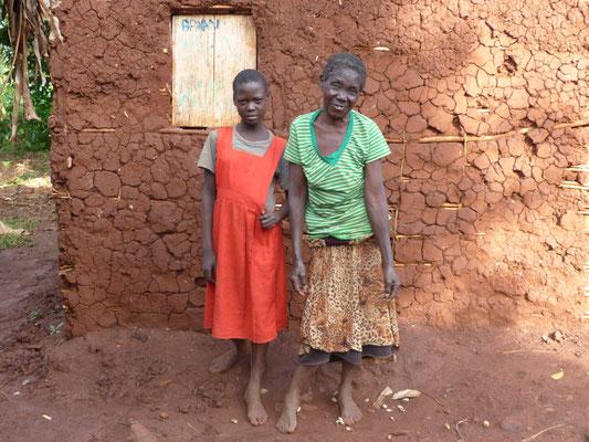 Patricia und ihre Großmutter vor ihrem Haus