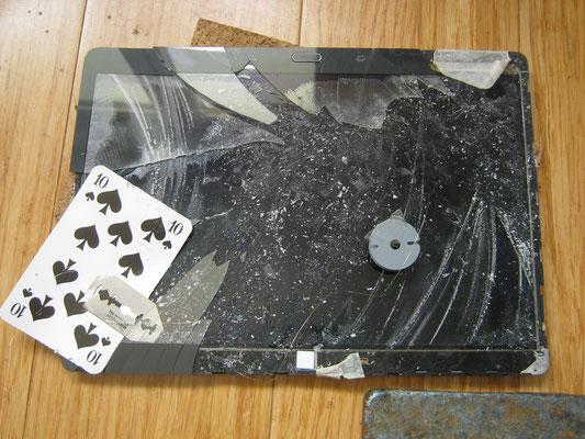 Glas muss vorsichtig mit Heisluft und Spielkarten etc. getrennt werden