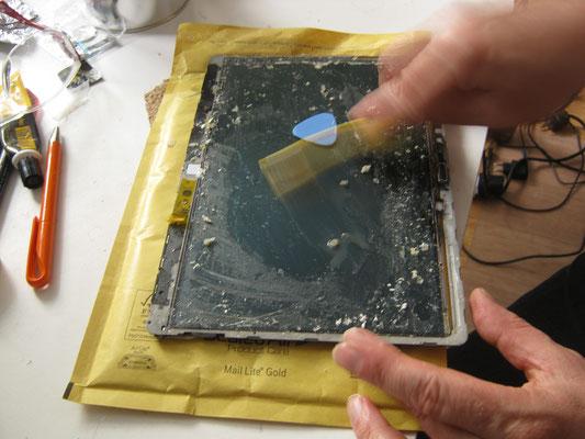 Hier die aufwenige Reinigung und entfernung des alten Klebers z.b. mit Ethylacetat