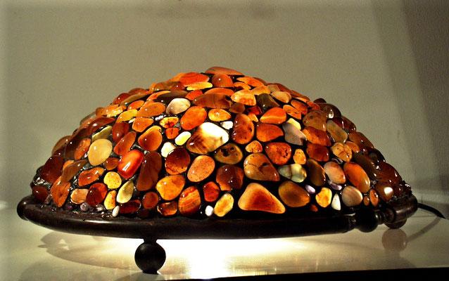 Tischstehlampe aus bernsteinfarbige Edelsteinen ( Karneol )   2900,-