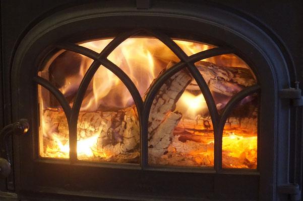 Un bon feu de bois pour réchauffer les chambres d'hôtes de la Lysiane