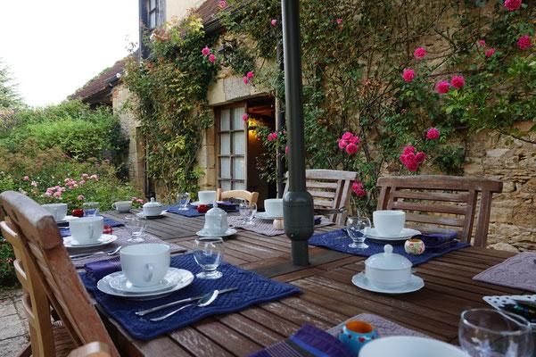 Petit déjeuner l'été sur la terrasse