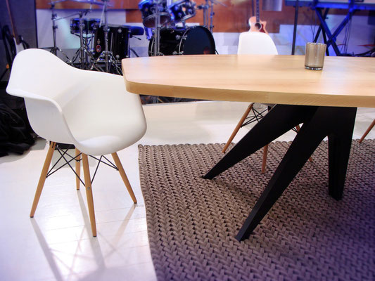 Table ARTMETA en frêne blanc massif et aluminium pleine masse pour l'émission C à Vous