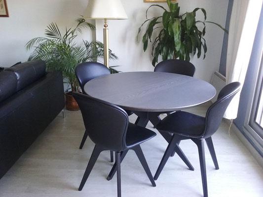 ARTMETA / Table Papillon ronde D 110 cm / Frêne blanc teinté ardoise + Noir Fine texture