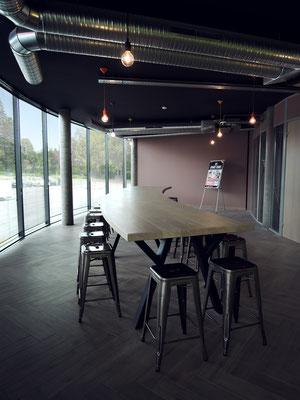 ARTMETA / table XXL de 700 x 120 x H 92 cm / Plateau en chêne teinté et piétement en RAL 7016