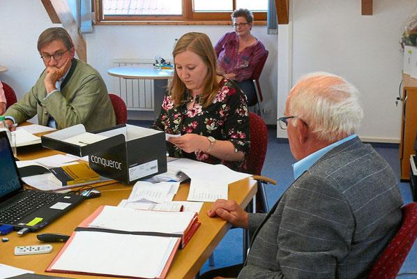 Hauptamtsleiterin Melanie Engesser zählt die Stimmen aus. Foto: Schwarzwälder Bote