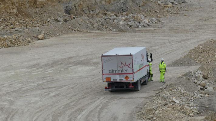 Dynamit-Transporter wird in Sicherheit gebracht