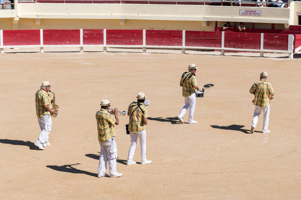 A small band was creating a nice atmosphere for the Course Camarguaise.
